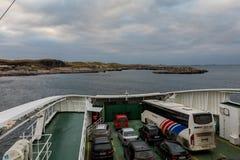 ARSVAGEN, NORUEGA - enero de 2018: La cubierta del coche en el transbordador en la ruta de Arsvaagen a Mortavika Se ve Mortavika fotos de archivo