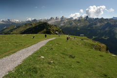 Artère de touristes dans les Alpes suisses Photos libres de droits