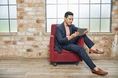 Artículo de la lectura del hombre de negocios en línea imagenes de archivo