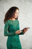 Artículo de la lectura de la mujer de Smilng en línea fotos de archivo libres de regalías