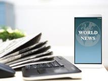 Artículo de noticias del mundo en su pantalla del smartphone periódicos con el teclado en la tabla foto de archivo
