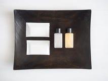 Artículo de tocador del jabón del champú en la opinión de madera de Tray Top Fotografía de archivo libre de regalías