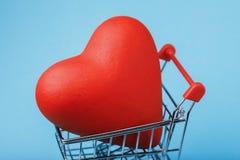 Artículo en forma de corazón en la carretilla fotos de archivo