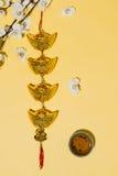 Artículos chinos de la decoración del Año Nuevo en fondo amarillo Imagen de archivo