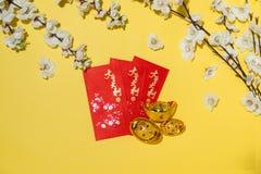 Artículos chinos de la decoración del Año Nuevo en fondo amarillo Imagen de archivo libre de regalías