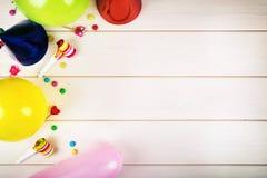 Artículos coloridos de la fiesta de cumpleaños con el espacio de la copia Visión superior Imagen de archivo libre de regalías