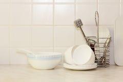 Artículos de cocina blanco en la tabla de cocina Imagen de archivo libre de regalías
