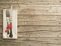 Artículos de cocina de los cubiertos en viejo fondo de los tableros de madera fotos de archivo
