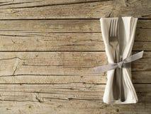 Artículos de cocina de los cubiertos en viejo fondo de los tableros de madera imagen de archivo libre de regalías