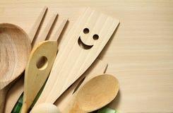Artículos de cocina de madera en tabla de cortar Imagen de archivo libre de regalías