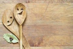 Artículos de cocina de madera en tabla de cortar Foto de archivo