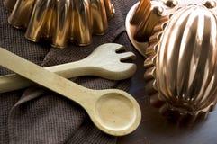 Artículos de cocina de madera y de cobre Imagen de archivo libre de regalías