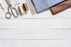 Artículos de costura en la tabla de madera ligera fotografía de archivo libre de regalías