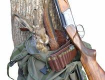 Artículos de la caza Concepto de la caza Fondo de la caza Escena de la caza con las plumas del conejo y del faisán del rifle aisl Fotos de archivo