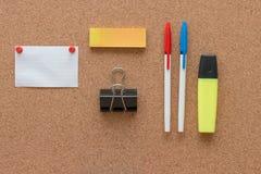 Artículos de la oficina y elementos del negocio en un escritorio Imágenes de archivo libres de regalías