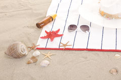 Artículos de la playa en la arena para el verano de la diversión Fotografía de archivo