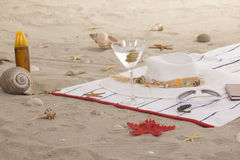 Artículos de la playa en la arena para el verano de la diversión Fotografía de archivo libre de regalías