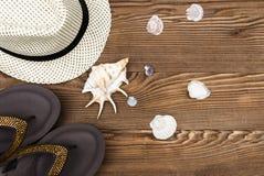 Artículos de la playa y de las vacaciones en la tabla de madera Visión superior con el espacio de la copia Imagen de archivo libre de regalías