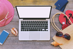 Artículos de las vacaciones del ordenador portátil y de verano en fondo de madera Visión desde arriba Fotografía de archivo