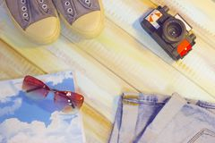 Artículos de las vacaciones en una tabla de madera de color claro Foto de archivo libre de regalías
