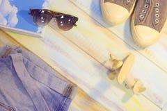 Artículos de las vacaciones en una tabla de madera de color claro Imagen de archivo libre de regalías
