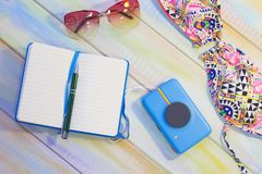 Artículos de las vacaciones en una tabla de madera coloreada Foto de archivo libre de regalías
