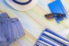 Artículos de las vacaciones en una tabla de madera coloreada Imagen de archivo libre de regalías