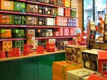 Artículos de limpieza en cajas de regalo en una tienda. Fotos de archivo libres de regalías