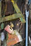 Artículos de los desperdicios encontrados mientras que el peinarse de la playa imagenes de archivo