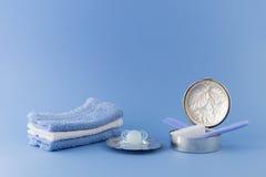 Artículos de lujo del bebé en fondo azul claro Fotografía de archivo libre de regalías