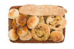 Artículos de panadería en cesta Fotografía de archivo libre de regalías