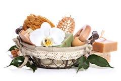 Artículos de tocador del equipo o de la sauna del baño del balneario fijados y flor de la orquídea Fotografía de archivo libre de regalías