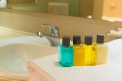 Artículos de tocador en cuarto de baño Fotografía de archivo libre de regalías
