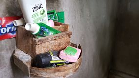 Artículos de tocador, jabón, crema dental, cepillos de dientes, champú imagen de archivo