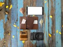 Artículos de Tourlist fijados dispuestos en el piso Fotos de archivo libres de regalías