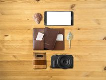 Artículos de Tourlist fijados dispuestos en el piso Foto de archivo libre de regalías