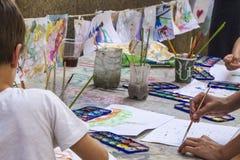 Artículos del arte del ` s de los niños en una tabla fotografía de archivo libre de regalías