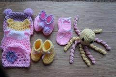 Artículos del bebé prematuro para la comodidad y el calor Sombrero y botines fotos de archivo libres de regalías
