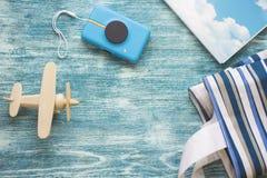 Artículos del concepto del viaje en fondo de madera azul Imágenes de archivo libres de regalías