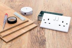 Artículos del equipo eléctrico y suelo laminado fotografía de archivo libre de regalías