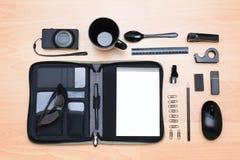 Artículos del escritorio del negocio del alto ángulo Fotografía de archivo