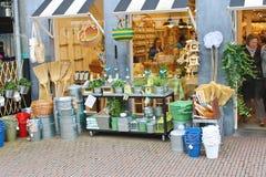 Artículos del hogar en la tienda para el jardín. Cerámica de Delft, Holanda Imagen de archivo