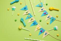 Art?culos del partido del feliz cumplea?os, modelo puesto plano fotografía de archivo libre de regalías