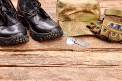 Artículos del soldado en la madera Fotos de archivo libres de regalías