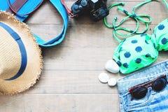 Artículos del verano para las mujeres, colección de verano de la playa en el fondo de madera Fotos de archivo libres de regalías
