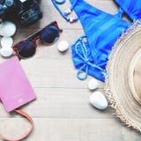 Artículos del verano para las mujeres, colección de verano de la playa en la madera Fotos de archivo libres de regalías