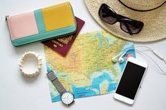 Artículos del viaje, cartera, pasaporte, etc móvil Fotografía de archivo
