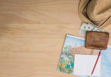 Artículos del viaje en la tabla de madera Fotos de archivo