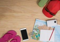 Artículos del viaje en la tabla de madera Foto de archivo libre de regalías