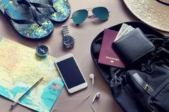 Artículos del viaje, móvil, compás, gafas de sol etc Fotos de archivo